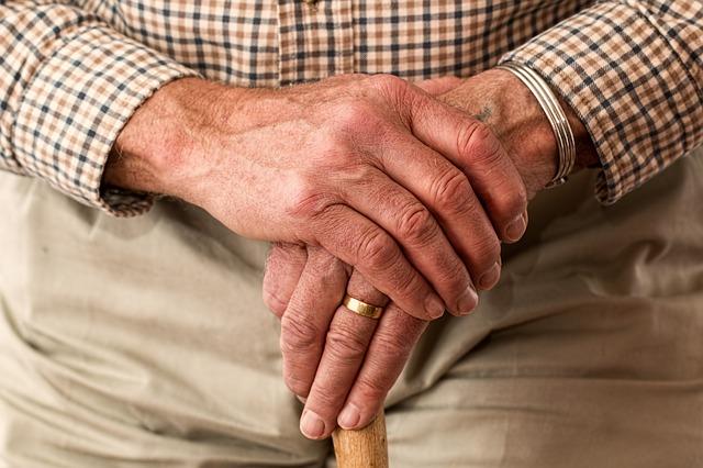 Seniorzy wpadają w tarapaty finansowe przez... telefony!