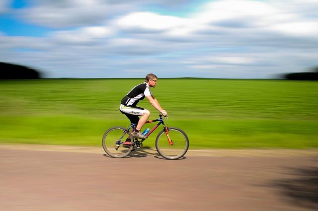 Jak bezpiecznie podróżować rowerem w wakacje?