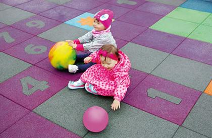 Bezpiecznie, miękko, kolorowo Jak urządzić przydomowy plac zabaw?
