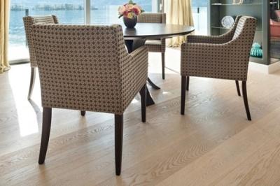 Jak modelować wnętrze z użyciem drewnianej podłogi?
