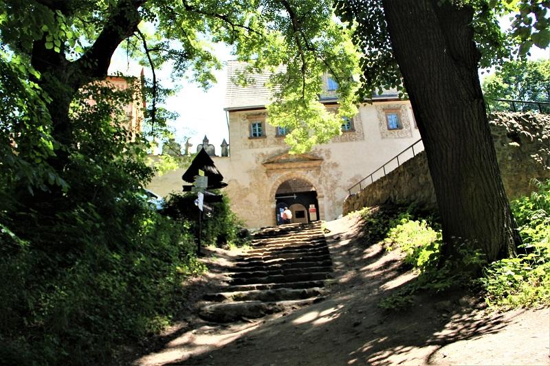 Zamek Grodno w Zagórzu Śląskim z dziećmi