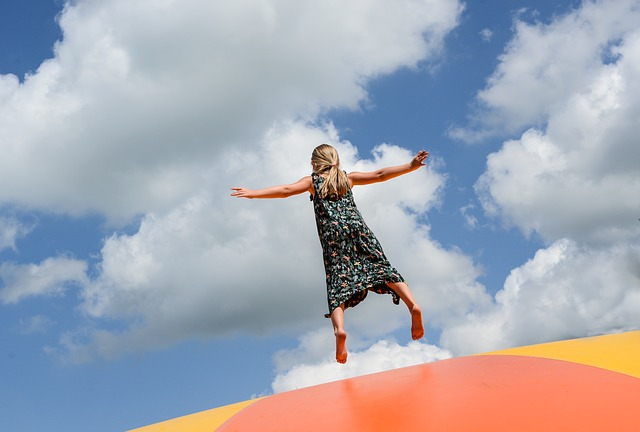 Lekcje wf-u na trampolinach sposobem na walkę z otyłością