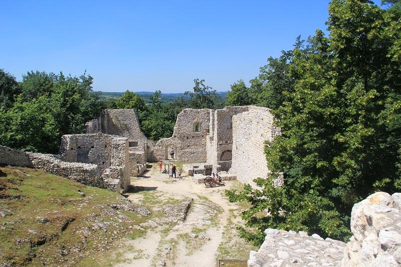 Zamek Pilcza z dziećmi