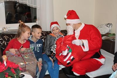 Dereszowska, Fraszyńska, Pazura, Żebrowski i Kurdej-Szatan publikują w sieci świąteczne zdjęcia pomagając podopiecznym z SOS Wiosek Dziecięcych