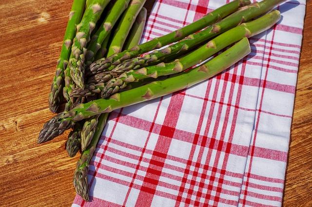 Postaw na warzywa sezonowe – szpinak i szparagi