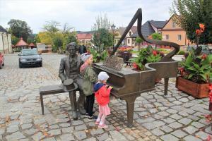 Centrum Paderewskiego w Kąśnej Dolnej z dziećmi