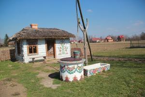 Malowane chaty w Zalipiu z dziećmi
